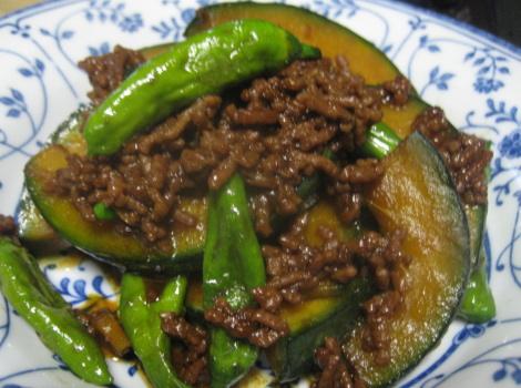 今回は、 かぼちゃ の レシピ ・ 簡単 かぼちゃ と ししとう の中華肉味噌炒めです。スーパーの親父に安い野菜はと聞くと、 かぼちゃ とさつまいもと・・・。