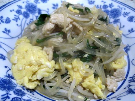 今回は、 もやし の簡単レシピ・ もやし と ニラ の卵炒めです。冷蔵庫の残りの 鶏ひき肉 ・ もやし ・ ニラ ・ 卵 の節約食材に、鍋用に買っていたマロニーを合わせ、